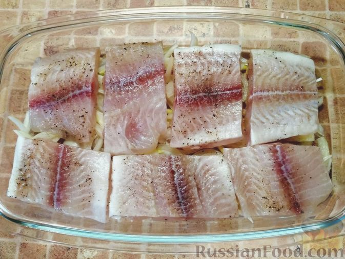 Фото приготовления рецепта: Рыба, запечённая с помидорами и оливками - шаг №2