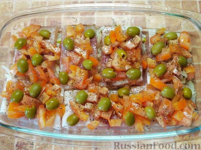 Фото приготовления рецепта: Рыба, запечённая с помидорами и оливками - шаг №3