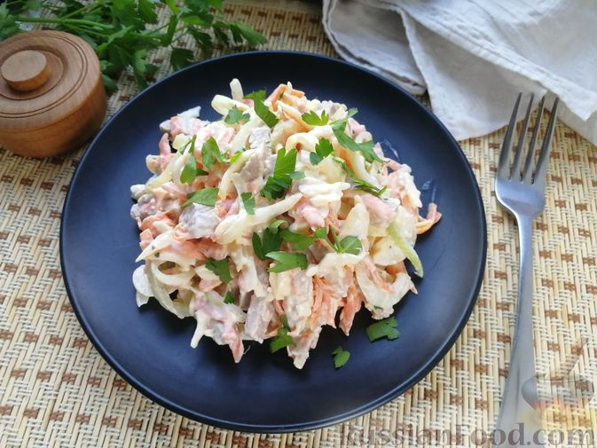 Фото к рецепту: Мясной салат с сыром, морковью и маринованным луком