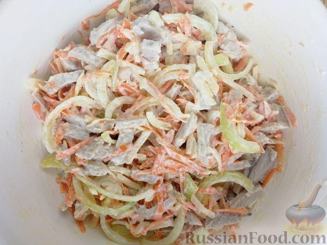 Фото приготовления рецепта: Мясной салат с сыром, морковью и маринованным луком - шаг №6