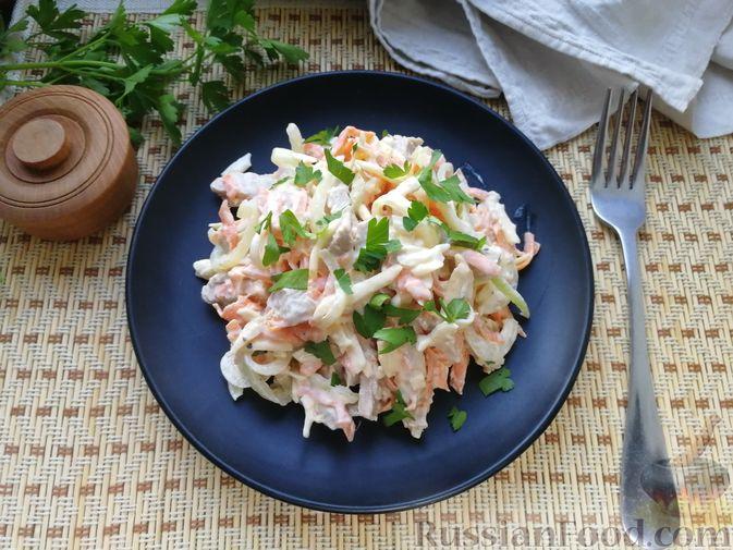 Фото приготовления рецепта: Мясной салат с сыром, морковью и маринованным луком - шаг №7