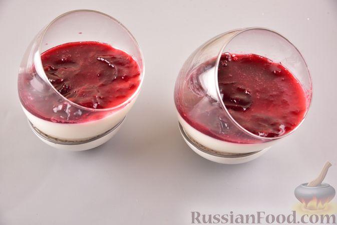 Фото приготовления рецепта: Тыквенно-сливочный десерт с джемом и орехами - шаг №7