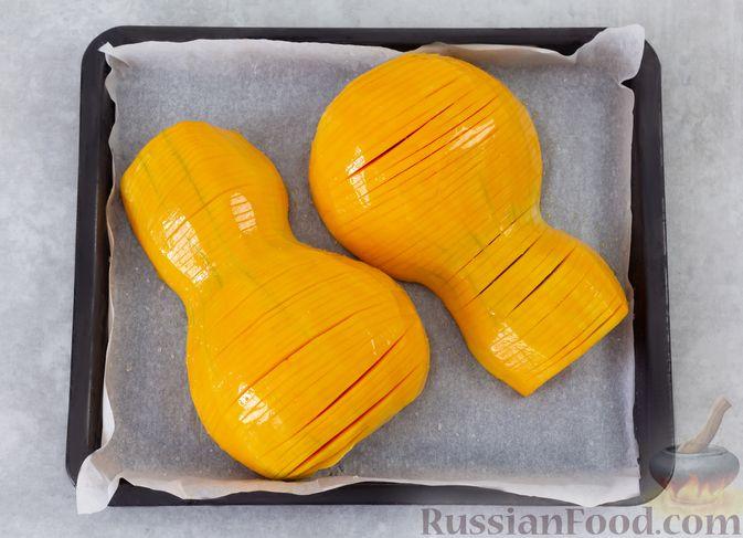 """Фото приготовления рецепта: """"Гармошка"""" из тыквы, с чесночно-медовым соусом и пряностями - шаг №5"""