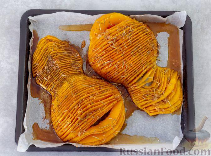 """Фото приготовления рецепта: """"Гармошка"""" из тыквы, с чесночно-медовым соусом и пряностями - шаг №7"""
