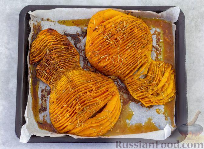 """Фото приготовления рецепта: """"Гармошка"""" из тыквы, с чесночно-медовым соусом и пряностями - шаг №8"""