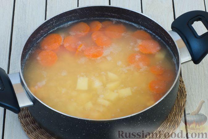 Фото приготовления рецепта: Гороховый суп-пюре со сливками и плавленым сыром - шаг №4