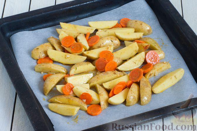 Фото приготовления рецепта: Картошка, запечённая с морковью, пряностями и мёдом - шаг №5