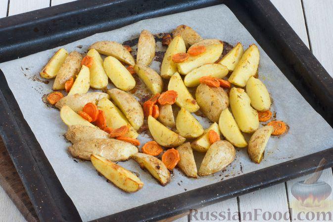 Фото приготовления рецепта: Картошка, запечённая с морковью, пряностями и мёдом - шаг №6