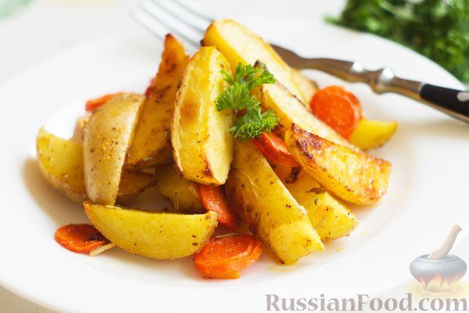 Фото приготовления рецепта: Картошка, запечённая с морковью, пряностями и мёдом - шаг №7