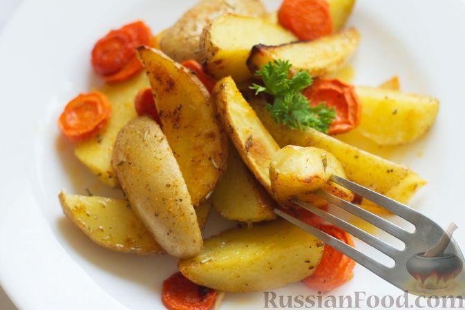 Фото приготовления рецепта: Картошка, запечённая с морковью, пряностями и мёдом - шаг №8