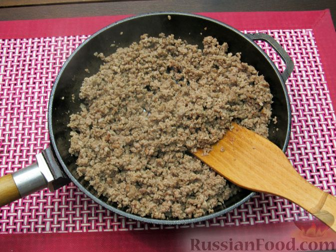 Фото приготовления рецепта: Томатный суп с мясным фаршем и яблоком - шаг №3