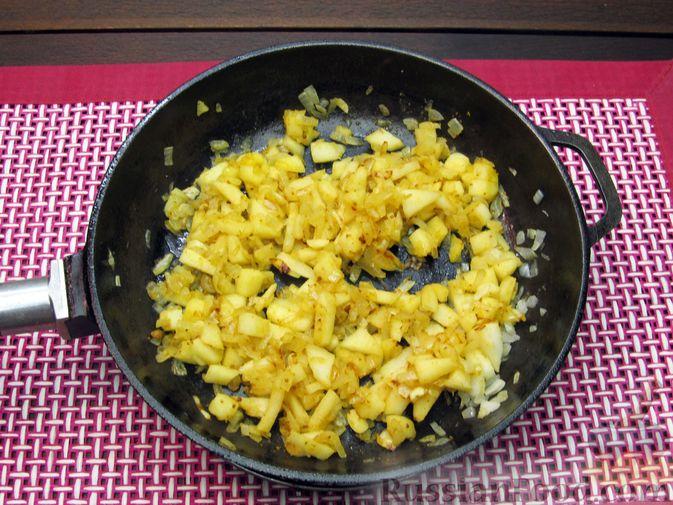 Фото приготовления рецепта: Томатный суп с мясным фаршем и яблоком - шаг №11