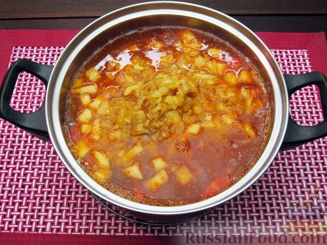 Фото приготовления рецепта: Томатный суп с мясным фаршем и яблоком - шаг №13