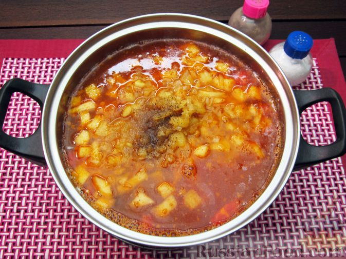 Фото приготовления рецепта: Томатный суп с мясным фаршем и яблоком - шаг №14
