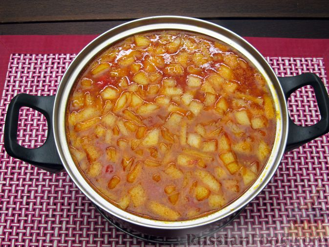 Фото приготовления рецепта: Томатный суп с мясным фаршем и яблоком - шаг №15