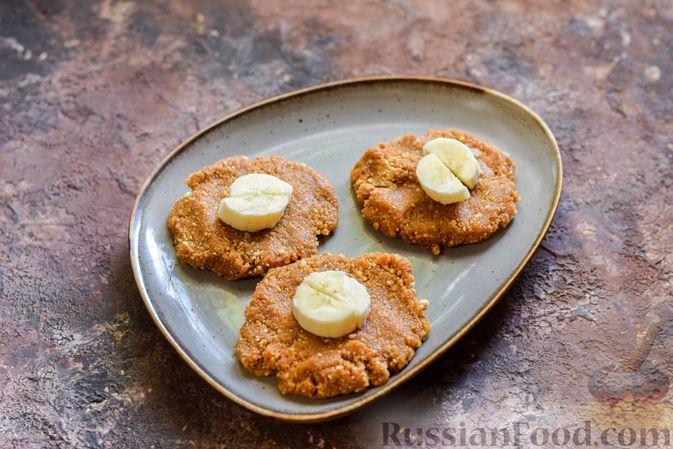 Фото приготовления рецепта: Конфеты из печенья, с бананом, сгущёнкой и орехами - шаг №8