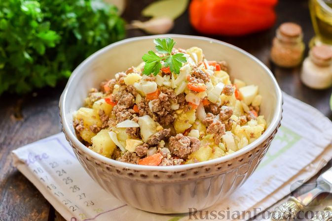 Фото к рецепту: Салат с мясным фаршем, картофелем, болгарским перцем и яйцами