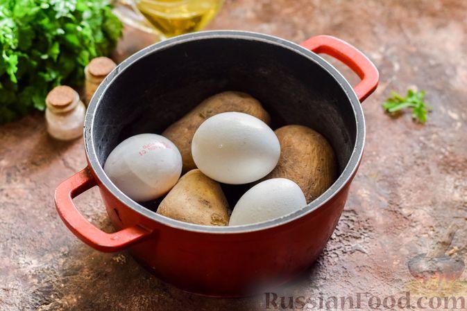 Фото приготовления рецепта: Салат с мясным фаршем, картофелем, болгарским перцем и яйцами - шаг №2