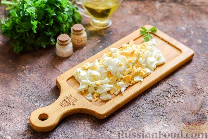 Фото приготовления рецепта: Салат с мясным фаршем, картофелем, болгарским перцем и яйцами - шаг №4