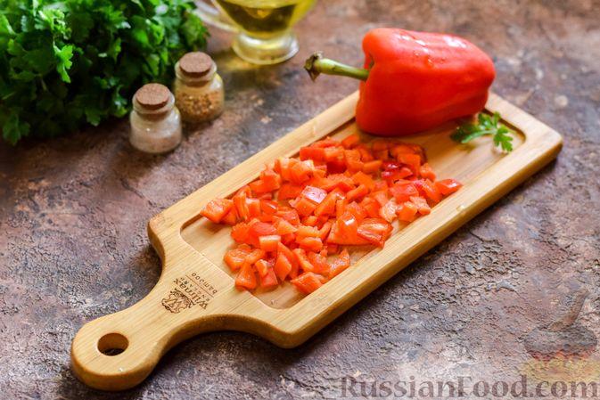 Фото приготовления рецепта: Салат с мясным фаршем, картофелем, болгарским перцем и яйцами - шаг №5