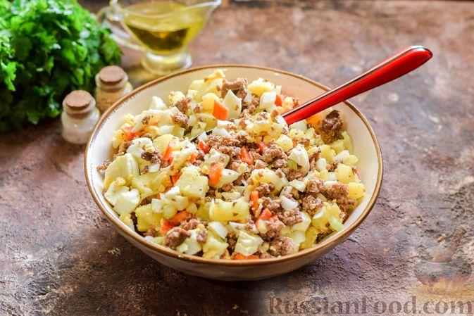 Фото приготовления рецепта: Салат с мясным фаршем, картофелем, болгарским перцем и яйцами - шаг №8