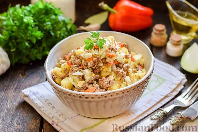 Фото приготовления рецепта: Салат с мясным фаршем, картофелем, болгарским перцем и яйцами - шаг №9
