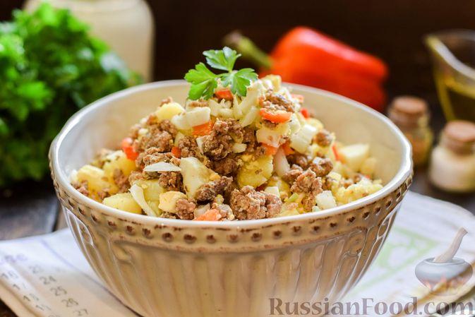 Фото приготовления рецепта: Салат с мясным фаршем, картофелем, болгарским перцем и яйцами - шаг №10