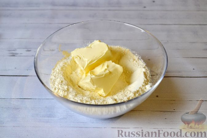 Фото приготовления рецепта: Киш с луком-пореем и сыром - шаг №2