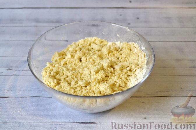 Фото приготовления рецепта: Киш с луком-пореем и сыром - шаг №3