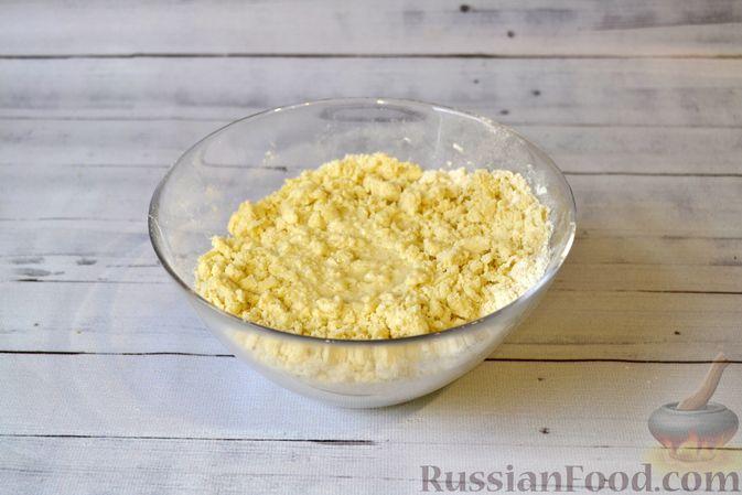 Фото приготовления рецепта: Киш с луком-пореем и сыром - шаг №4