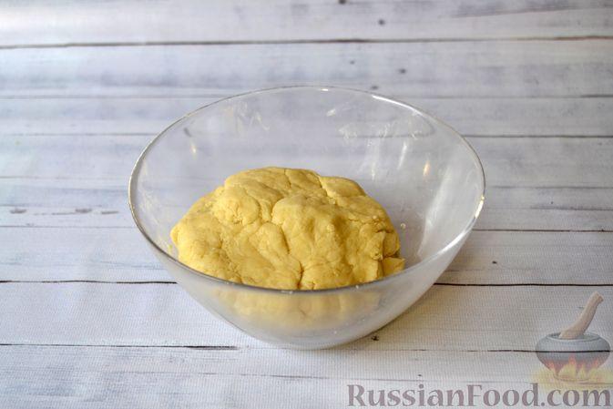 Фото приготовления рецепта: Киш с луком-пореем и сыром - шаг №5