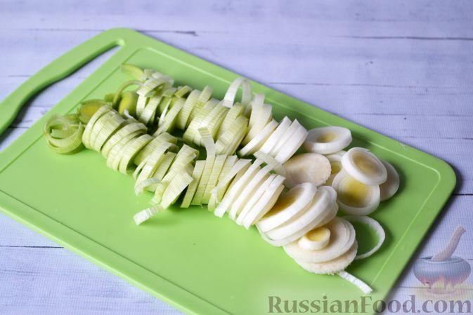 Фото приготовления рецепта: Киш с луком-пореем и сыром - шаг №6