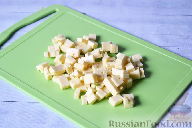 Фото приготовления рецепта: Киш с луком-пореем и сыром - шаг №9