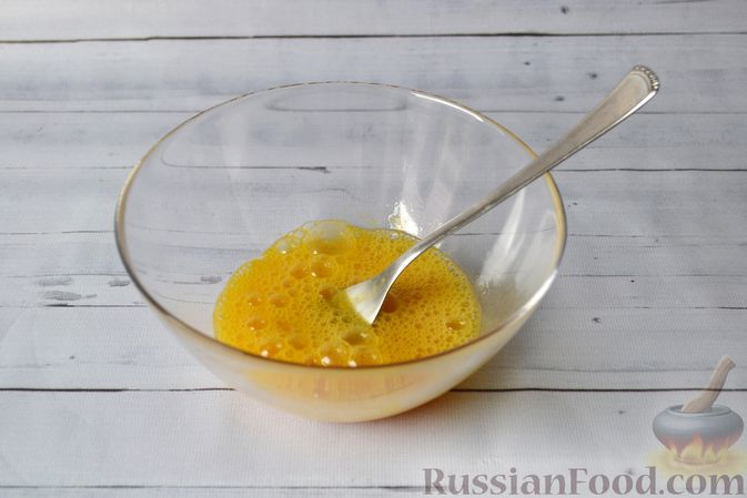 Фото приготовления рецепта: Киш с луком-пореем и сыром - шаг №11