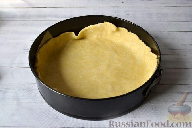 Фото приготовления рецепта: Киш с луком-пореем и сыром - шаг №14
