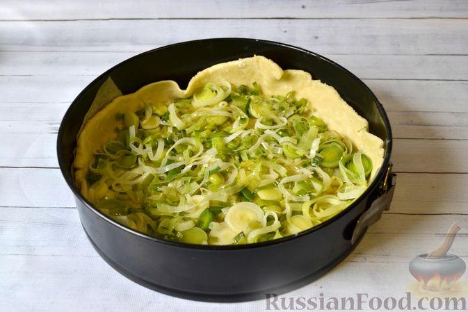 Фото приготовления рецепта: Киш с луком-пореем и сыром - шаг №15