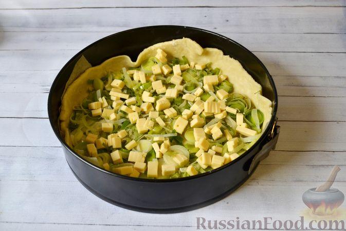 Фото приготовления рецепта: Киш с луком-пореем и сыром - шаг №16