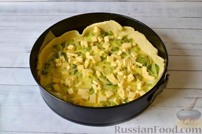 Фото приготовления рецепта: Киш с луком-пореем и сыром - шаг №17