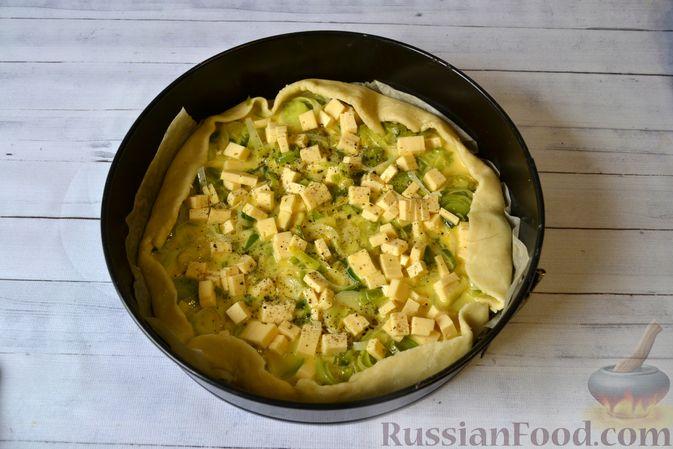 Фото приготовления рецепта: Киш с луком-пореем и сыром - шаг №18