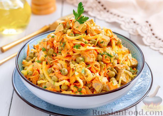 Фото к рецепту: Мясной салат с морковью, зелёным горошком и маринованным луком