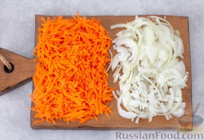 Фото приготовления рецепта: Мясной салат с морковью, зелёным горошком и маринованным луком - шаг №3