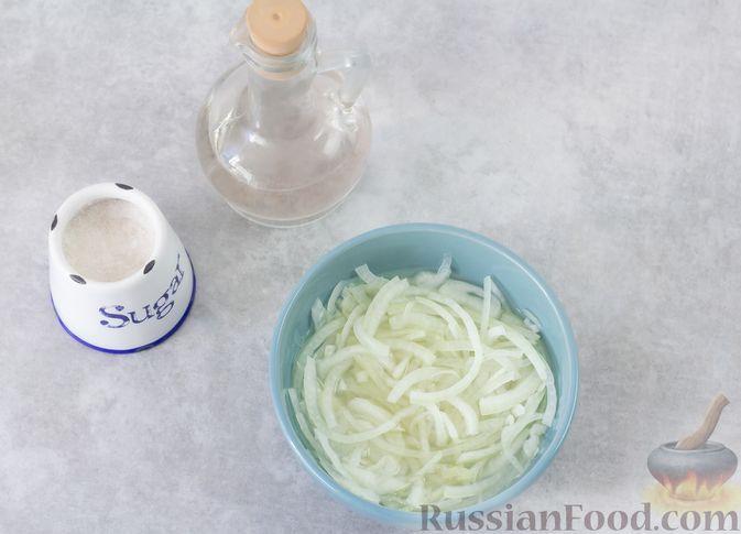 Фото приготовления рецепта: Мясной салат с морковью, зелёным горошком и маринованным луком - шаг №4
