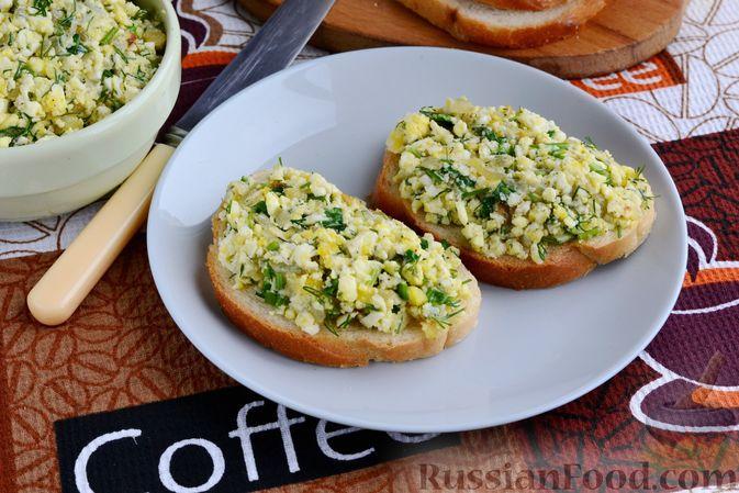 Фото к рецепту: Бутерброды с яично-луковой намазкой