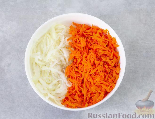 Фото приготовления рецепта: Мясной салат с морковью, зелёным горошком и маринованным луком - шаг №7