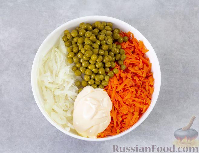 Фото приготовления рецепта: Мясной салат с морковью, зелёным горошком и маринованным луком - шаг №8