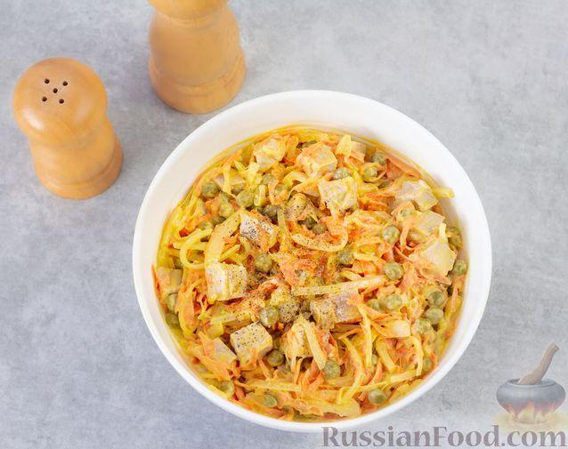 Фото приготовления рецепта: Мясной салат с морковью, зелёным горошком и маринованным луком - шаг №9