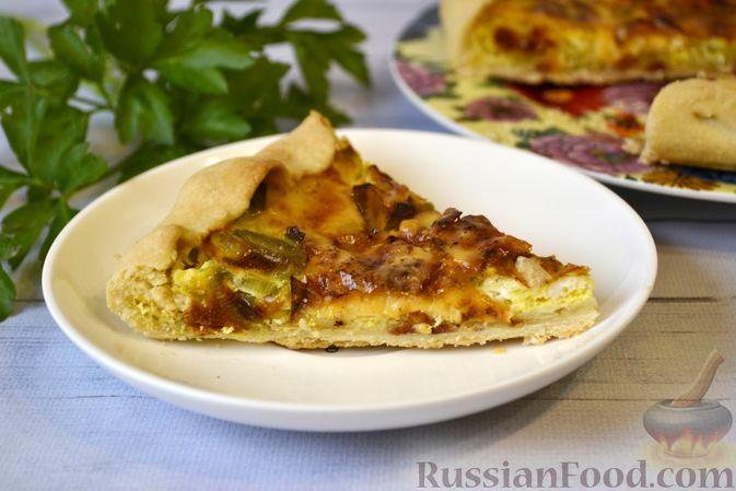 Фото приготовления рецепта: Киш с луком-пореем и сыром - шаг №21