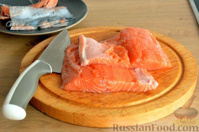 Фото приготовления рецепта: Сёмга, тушенная в томатном соусе с пивом и имбирём - шаг №2