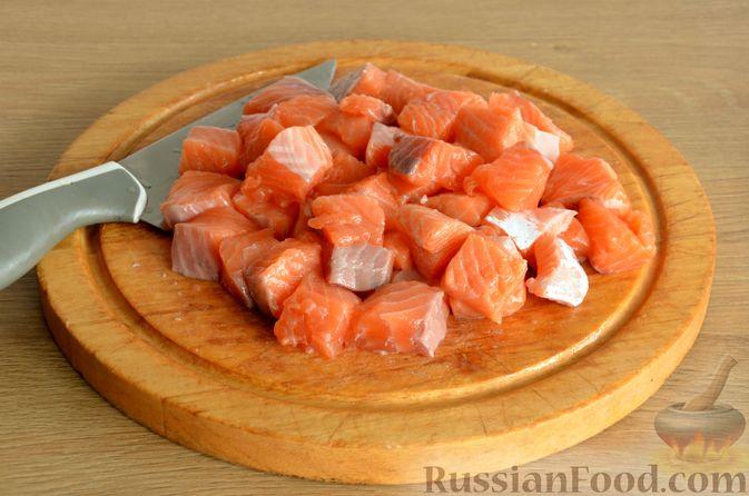Фото приготовления рецепта: Сёмга, тушенная в томатном соусе с пивом и имбирём - шаг №3