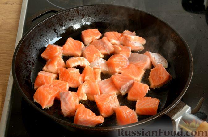 Фото приготовления рецепта: Сёмга, тушенная в томатном соусе с пивом и имбирём - шаг №4